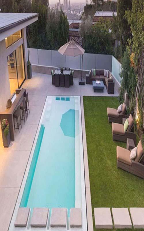 piscina alargada jardín pequeño