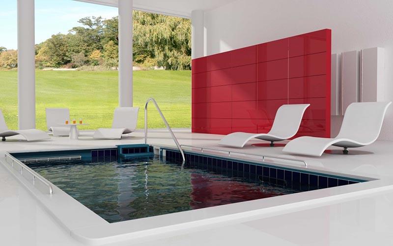 piscina moderna debajo porche