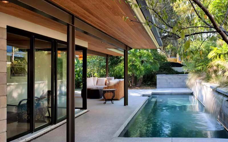 piscina pequeña debajo porche