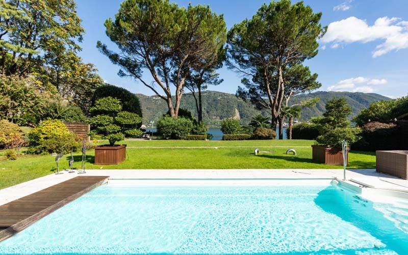 Perspectiva jardín con piscina